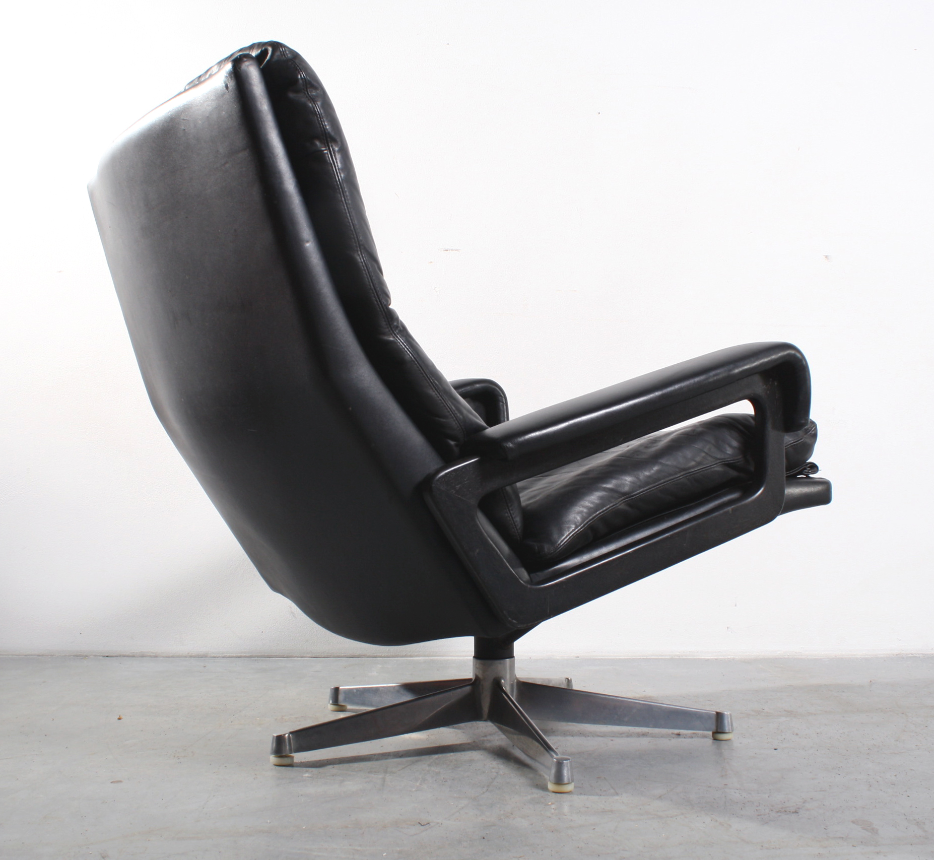 King chair design Strassle fauteuil Andre Vandenbeuck