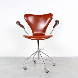 Fritz Hansen series 7 desk chair design Arne Jacobsen bureaustoel
