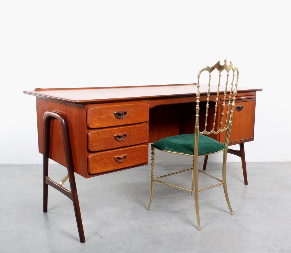 Webe Boomerang desk teak design van Teeffelen
